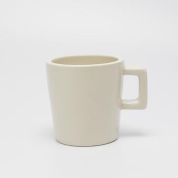 女性の手にもそっと馴染むサイズ感のコーヒーカップ。ライトブルー、クリーム、グレーの3種類です。