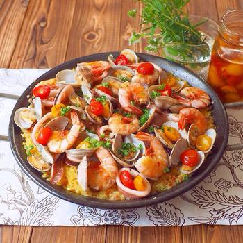 フレッシュトマトを飾るのもいいですが、セミドライトマトもおすすめ♪セミドライトマトは旨味が凝縮されているので、パエリアの良いアクセントになってくれます。そして隠し味の「生ハム」!魚介だけでなく生ハムからも良いダシが出るんだそう。