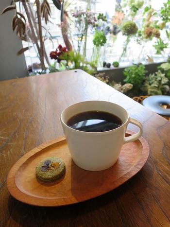 """コーヒーや紅茶など飲み物を頼むと、食べられる本物のお花""""エディブルフラワー""""を使用した自家製のお花クッキーが付いてきます。"""