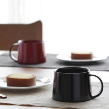 こちらは珍しい、漆の器のコーヒーカップ。丸い取っ手が可愛いアイテムです。天然木を使っているので、器が熱くなりすぎず、とっても使い心地が良いのです。珈琲はもちろん、スープカップにもちょうど良いですね♪