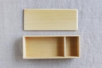 あすなろのBENTO-BAKO。殺菌作用もあるヒノキアスナロを使ったお弁当箱です。木目もとっても美しく、すがすがしい木の香りも心地よいアイテムです。