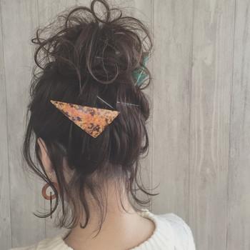 バレッタやヘアクリップをこんな風に留めれば、オシャレに広がりを抑えられます。 シンプルなデザインのヘアアクセサリーを複数使いするのもおすすめ♪