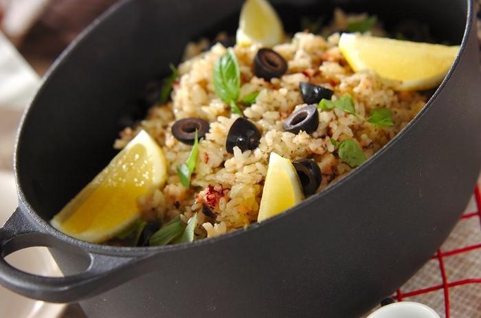 無理してエビやムール貝を揃えなくてもOK。魚介はタコだけで作るパエリアです。バジルとレモンで爽やかな1品。休日ランチにも、おもてなしにもぴったりです。