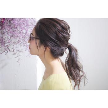 湿気で広がりやすい髪は、まとめ髪で見た目も気分もすっきりさせましょう! うねりを逆手にとって、後れ毛を出してルーズにまとめた抜け感のあるポニーテールに。