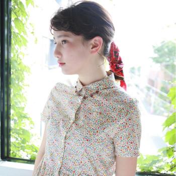 スカーフやバンダナと一緒に髪を編み込めば、気になる髪の広がりも自然とダウンしコンパクトにまとまります♪