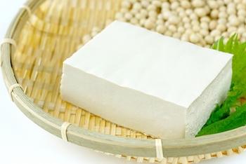 """豆腐の原料である大豆は、""""畑の肉""""と呼ばれるように、良質なタンパク質やイソフラボンが多く含まれています。"""
