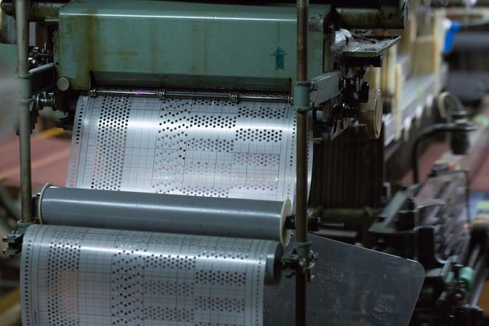どう織るのかを機械に指示する道具。開いている穴のもとになる設計は、織り機の特性や素材、できあがりの風合いを考えながら、瀬谷さんがおこなっています