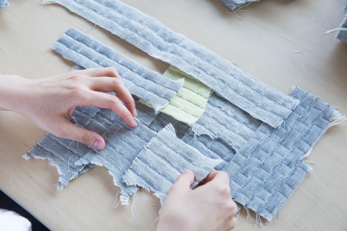 中ワタキルトのマットや鍋つかみを作る際に出た端切れ。この布は愛知県の工場で織られています