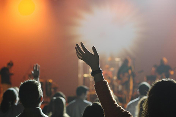 音楽が好きな方にとってライブ会場は特別な空間。全身を駆け抜ける音響や、音楽と調和したライティング。一度味わえば、曲を聴くだけでも感動と興奮を思い出すような体験ができる場所です。