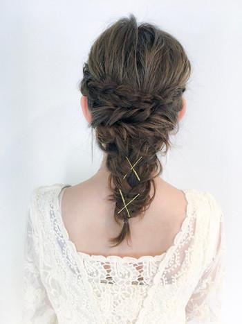 髪の広がりを抑えた編み込みのダウンスタイルも素敵です。 編み目の部分にピンをクロスに留めてアクセントにしても◎