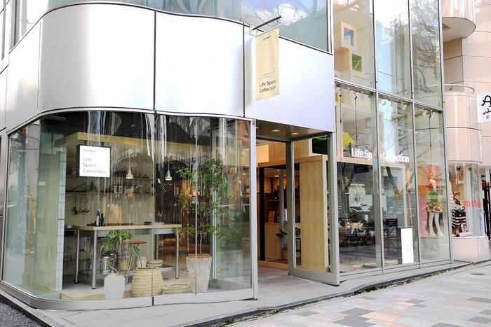 『Life Space Collection』があるのは、東京・表参道。原宿駅や表参道駅からほど近い、表参道に面したビルの1Fにあります。周囲にはファッション、インテリア、雑貨etc.さまざまなお店が立ち並ぶエリアなので、いつものお出かけコースに気軽に加えてみてはいかがでしょうか。