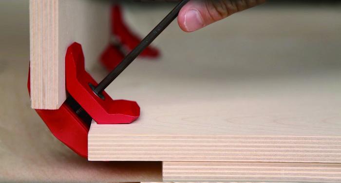 組み立て方もとっても簡単。好みのサイズの板を必要な枚数用意したら、あとはコネクターではさみ、六角レンチを使って締めるだけ。まるでレゴブロックのような感覚でつなげたり、外したりできる手軽さです。