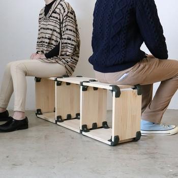 大人が二人座っても大丈夫なベンチ兼シェルフ。シンプルなデザインだからどんなインテリアにもマッチしそう。