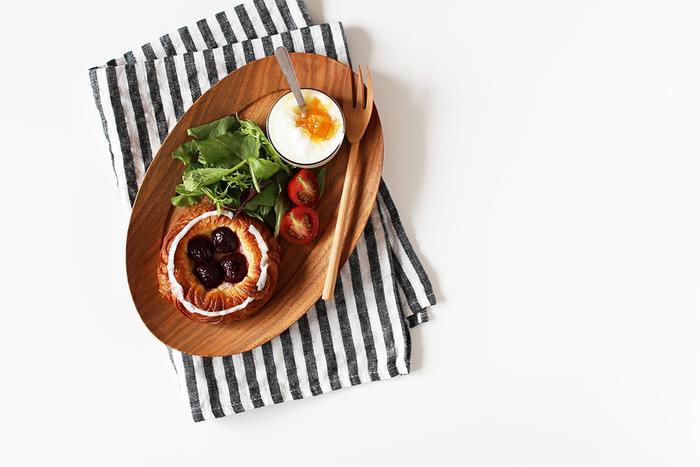 小さめのクロスはいろんな場面で使えるので1枚持っていくと便利。ご飯を食べるときにクロスをお皿の下に敷くと、おしゃれな雰囲気を演出できます。