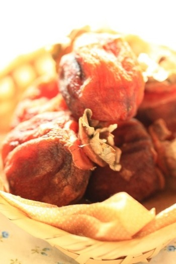日本のドライフルーツとも言える、日本で古くから伝わる伝統の味「干し柿」。もっちり甘い干し柿は、デザートにも料理にも使えるんです。伝統の味が家で作れるなんて、作っている間も特別な気分になれそうですね。