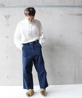 裾の切りっぱなし感が可愛いワイドアンクルデニムはシンプルに白シャツと合わせて。