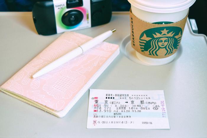 チケットとオリジナルの旅のしおりを広げ、新幹線で一路京都へ。これから始まる旅に胸をときめかせながらコーヒーで一服。