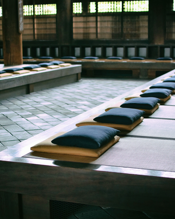 東福寺では毎週日曜日の午前6時30分から7時30分までの一時間、坐禅の体験をすることができます。日本で最古最大の禅堂に一歩足を踏み入れると、座布団がずらりと並ぶ光景は圧巻です。室町時代から修行僧はこの一畳の上で生活をし、夏の暑さや冬の寒さにも、自然と体がなじんでいくように鍛錬するのだそう。