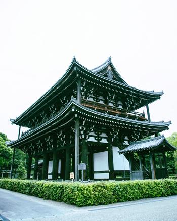 現存最古最大の楼上内部に極彩画が描かれ、諸仏が並ぶ国宝である三門。普段は内部の公開はされていませんが、特別拝観できる日も設けられているそう。外から眺めるだけでも、迫力のある造りが伝わってくるので、ぜひ眺めておきたいところです。