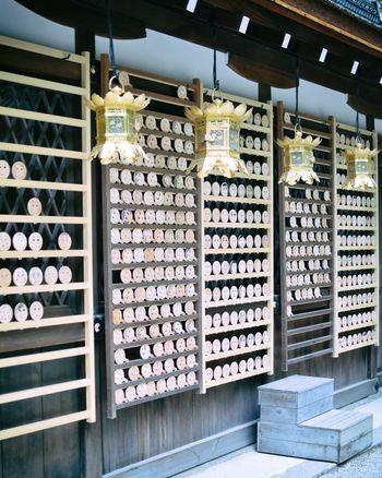下鴨神社にある糺の森の中に鎮座する河合神社は、随筆「方丈記」の著者、鴨長明にゆかりがある神社。女性の守護神といわれる玉依姫命(たまよりひめのみこと)が祀られ、安産や縁結び、美容の願いを叶えてくれるとして人気のある神社です。