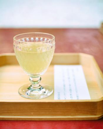 下鴨神社の中にあるカリンの庭には、秋になるとたくさんのカリンが黄金色の実を結びます。カリンに含まれる成分には、ビタミンCやタンニン、食物繊維などが豊富で、それが美容に効くと言われています。河合神社では、収穫したカリンと清らかな御神水のドリンク「美人水」を飲むことができます。