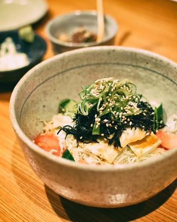 木目の美しい、大きなカウンターで。和食が中心ですが、カルパッチョやサラダなどの女性に人気のメニューも。日本酒や焼酎とともに、美味しいお料理に箸が進みます。