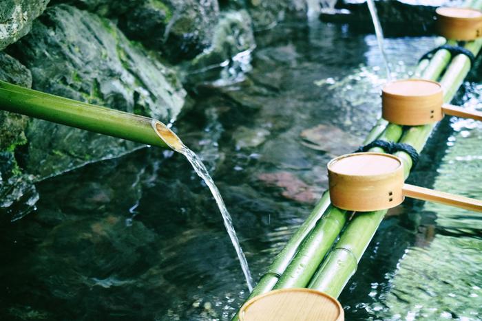 地名は貴船(きぶね)と読みますが、貴船神社は「きふねじんじゃ」と呼びます。それは水の供給を司る神が祀られているため、その水が濁らないように呼び方に濁音をつけていないから。水に恵まれたからこその美しい自然を目の当たりにすると、所以もうなずけます。