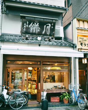 京都・三条にある「本家月餅家直正(ほんけつきもちやなおまさ)」は、文化元年1804年創業の老舗の和菓子屋です。