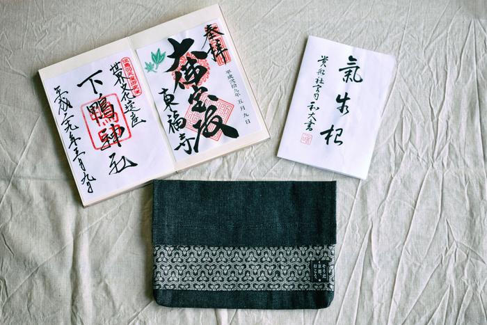 お土産とは少し違いますが、参拝した証の御朱印は素敵な旅の思い出になりますね。御朱印帳を眺めながら、訪れた寺社や観光スポットに思いを巡らせたり。JR東海の対象旅行商品で京都旅行に行くと、オリジナルの御朱印帳袋がお土産にいただけ、対象期間中に特別な御朱印を拝受することができます。