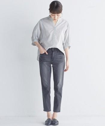 裾にかけて細くなるテーパードパンツは、足首がスッキリ見えるので下半身が気になる女子にもおすすめのデザイン。シャツを前だけインすればこなれ感のあるコーディネートに。