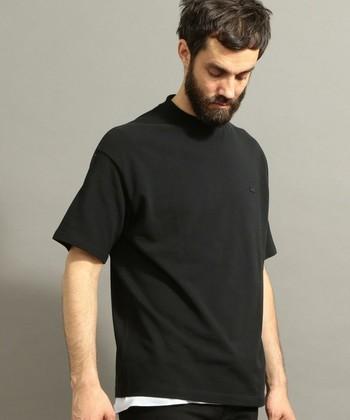 シンプルなTシャツは、シルエットにこだわったものを。こちらのLACOSTE(ラコステ)のTシャツは、程よくトレンドを意識したワイドシルエットに仕上げています。着る人を選ばず、さりげなくオシャレに見せてくれる一枚は、プレゼントにもぴったり◎。