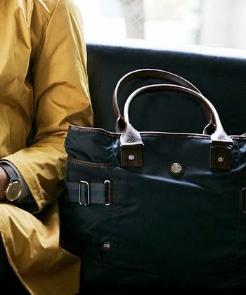 イタリア生まれのバッグを中心とするブランド、Orobianco(オロビアンコ)のトートバッグ。かっちりしすぎないデザインで、お仕事はもちろん普段使いもできます。サイドのベルトを調整すればシルエットのアレンジも可能。複数のポケットも付いた抜群の収納力です。