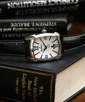 イタリア生まれのバッグのファクトリーブランドOrobianco(オロビアンコ)には、レザーの技術を活かしたシックで洗練された腕時計もそろっています。優れた機能性に、ファッションブランドならではのデザイン性がプラスされた時計は、大人の男性にぴったりです。 こちらの時計は長方形のフェイスに独特の丸みを加えることで、シャープすぎない優しい表情になっています。