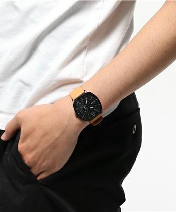 カジュアルなスタイルで働いているお父さんには、ミニマルなデザインが北欧らしい、デンマーク生まれのブランド、SKAGEN(スカーゲン)の時計はいかがですか?ライトブラウンのストラップ×ブラックのフェイスの組み合わせがおしゃれで、大人のカジュアルスタイルにマッチします。