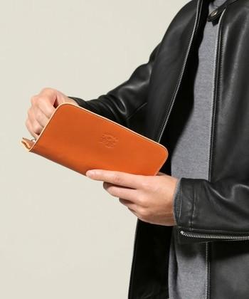 柔らかくて風合い豊かなレザーを使った長財布。使えば使うほどに味わい深い表情に変化していきます。たっぷりとしたお札入れやコインケース、カードケースなど、豊富な収納ポケットで使いやすさもしっかり備わっています。