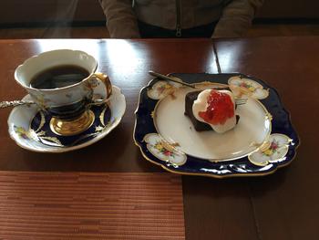 ご夫婦だけで経営されているため、種類はそれほど多いわけではないですが、こだわりのある食器に乗せられたケーキは手作り。 コーヒーもこだわって提供されているそうです。