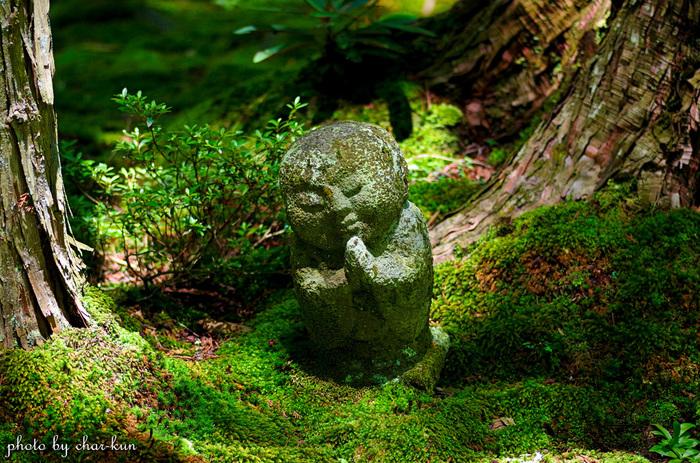 極楽往生院と朱雀門の間にある苔庭には、愛らしい姿をした「わらべ地蔵」があります。