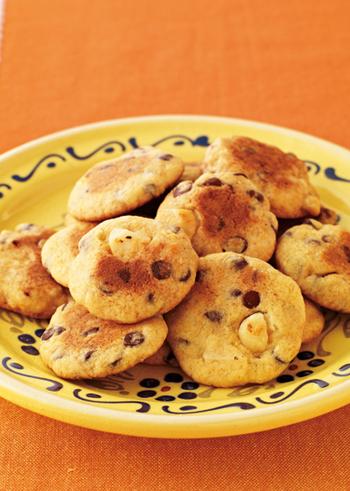 クッキーだって、フライパンで作れるんです。ホットケーキミックスや砂糖などを混ぜ合わせて、カタチを整えて、フライパンで両面を15分程度焼き上げます。チョコチップを加えていますが、ラムやレーズンに変えると味のバリエーションが広がりますね♪