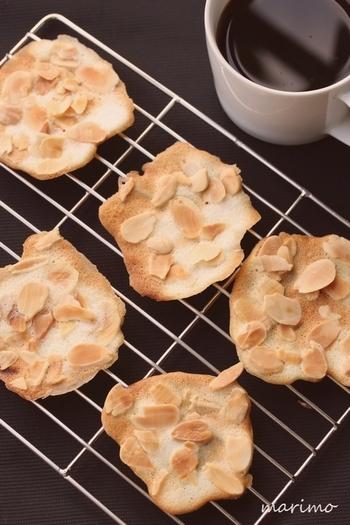 チュイルとは、薄焼きクッキーのこと。フライパンにカットしたオーブンシートを敷いて、生地を流し込み、弱火でじっくりと焼き上げます。アーモンドスライスは先に加熱しておくのが、香ばしいクッキーに仕上げるポイントです。