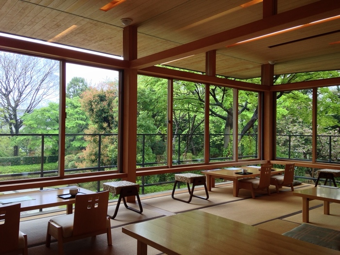 カフェの大きな窓からは木々が眺められ、目に映る景色からも癒されます。