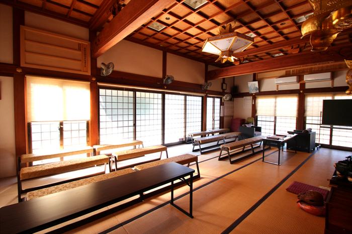 お寺内のカフェだけあって、荘厳な雰囲気の写経スペースがあります。