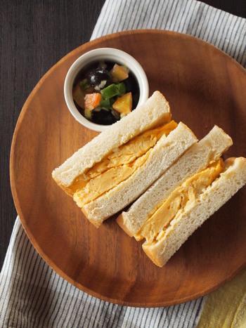 こちらの厚焼き玉子は、玉ねぎのみじん切りを加えて焼き上げました。コンデンスミルクを少し隠し味に入れて、風味を豊かに仕上げています。おいしいパンとおいしい卵焼きを同時にほおばる幸せ。のんびりブランチにいただくのもいいですね。