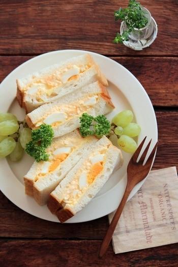 こちらのレシピでは、茹で卵を2つ作って調理の仕方を変えています。1つは細かく刻んでマヨネーズと和えて卵サラダのようにし、もう1つはごろんと大き目に形を残して、あとからさっくり混ぜ合わせました。こうすることで卵の食感も味わいも表情豊かに感じられます。食パンには燻製バターを塗って、風味を足したのもポイントです。
