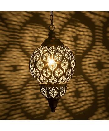幾何学模様の影が魅惑的な、モロッコ風のペンダントライト。