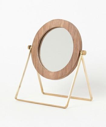 シンプルな円形ミラー。フレームの木目と金のフレームの組み合わせは、BOHOスタイルにぴったり。