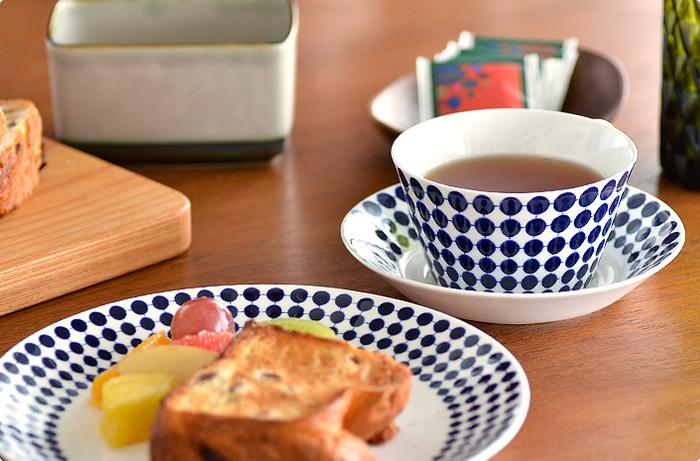 北欧食器は、ジオメトリックなデザインがたくさん。こちらはスウェーデンの「アダム」の食器。ポップで可愛らしいドッド柄は、遠近法によってきちんと円の大きさが描き分けられています。