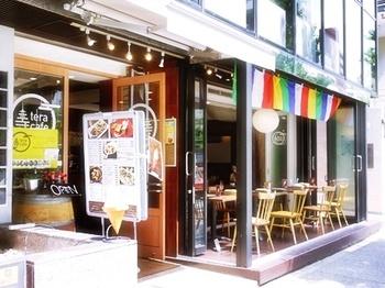 浄土真宗本願寺派の「信行寺」が開いたカフェ。仏教らしい五色の布が吊るされている以外は、オープンテラスもあり他の一般的なカフェと変わりませんね。
