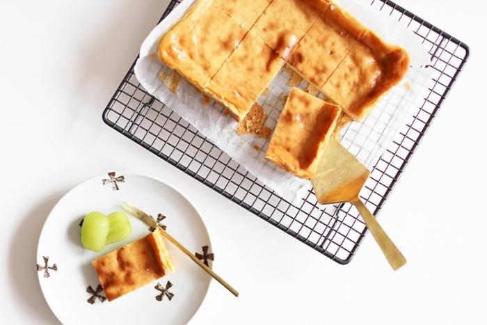 お菓子作りの必須アイテム「ケーキクーラー」。イギリスのケーキクーラーはとってもシンプルなデザインが素敵。シリコン樹脂でコーティングが施されているのでお手入れも簡単で、耐熱性と耐水性に優れているのも大事なポイント。ケーキクーラーを立てて収納するときもスリムなので場所を取りません。お菓子作りが好きな方におすすめのアイテムです。