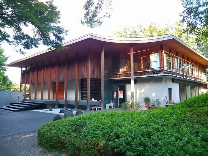 「回向院市川別院」の2階にあるのが「カフェテラス回向院」。お寺とは思えない現代的な建物ですね。