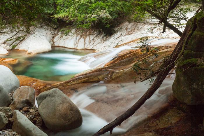 直瀑の滝の下には、花崗岩質の河底をなでるように渓流瀑が続いています。赤みを帯びた花崗岩質の川底、岩肌を流れる白糸のようなしぶき、澄み渡った碧い淵のコントラストの美しさは格別です。